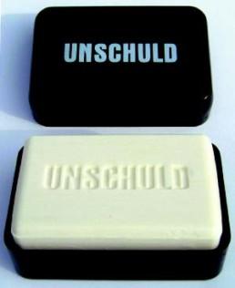 HÖRL, OTTMAR >Unschuld< 2003 Seifendose, Seife / Multiple 4 x 10 x 6,5cm Exemplar 41936/82.000.000 Courtesy Sammlung Kalkmann, Bodenburg