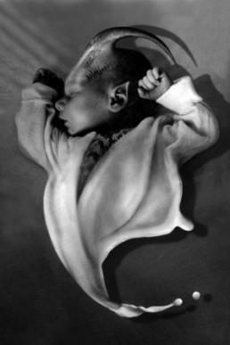 Koen, Victor *1967 >Mystery Bag< 1999 Fotogravur Ex. 6/24 21 x 14 cm auf 38 x 38,5 cm Besitz des Künstlers
