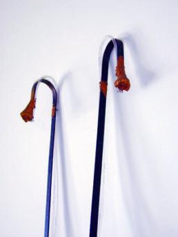 Lück, Malte *1973 »Wie ist die Luft da oben?«, 2001 - 2003 Installation aus Stahl, Wachs (z.T. vergoldet), Schlauch, Holz 220 x 130 x 54 cm Besitz des Künstlers