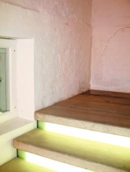 Ulrichs, Timm *1940 »Urin-Duftnoten-Ecke – eine museale Installation«, 2001/07 linkes Treppenhaus im Kunstgebäude