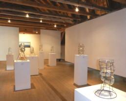 Blick in das OG des Kunstgebäudes mit den sieben Wassern des Lammetales in den Glasobjekten von Matthias Hinsenhofen