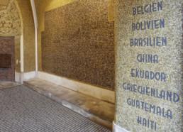 """""""Montage3"""" Blick in die """"Helden-Gedenk-Halle"""" mit Montage der Namensplatte im Boden; Copyright: Guido Meincke Fotograf: Stefan Bayer 'Platz des europäischen Versprechens' von Jochen Gerz Christuskirche Bochum"""