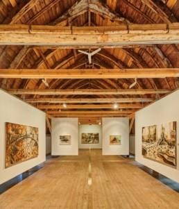 >Blick in die Ausstellung im Obergeschoss< Hanuschke-Foto, Hildesheim 2020